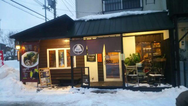 雪が積もったお店の外観