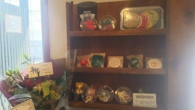 棚に飾られた編みぐるみの商品