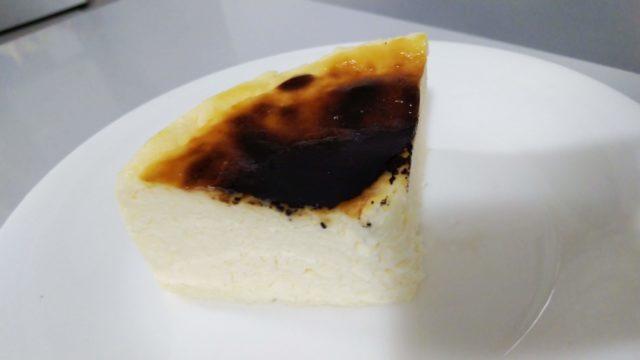 お皿のうえのバスクチーズケーキ