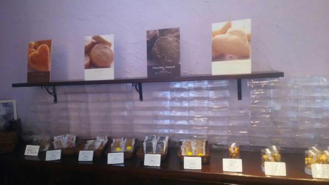 看板とお菓子が棚に並ぶ焼き菓子コーナー
