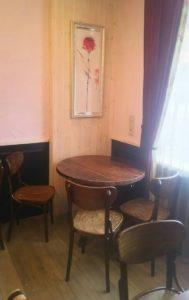 丸いテーブルと椅子