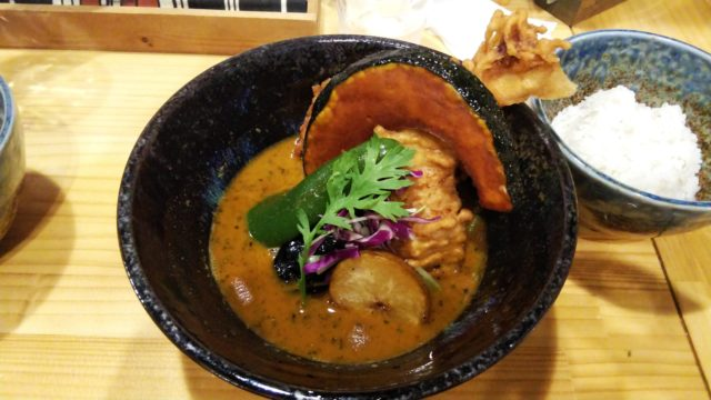鶏胸の天ぷらと大きいカボチャが入ったスープカレー