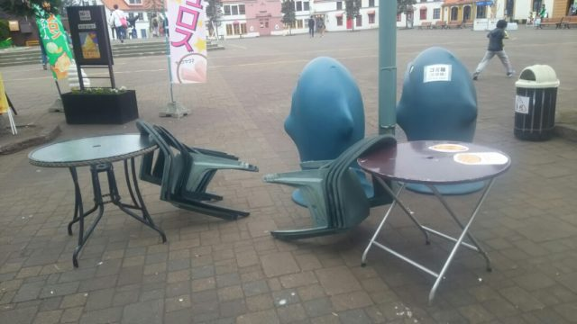 広場の椅子