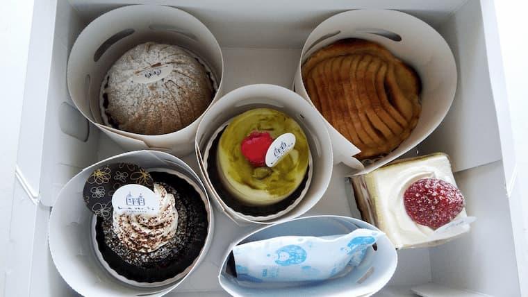 箱に入ったケーキ5種類