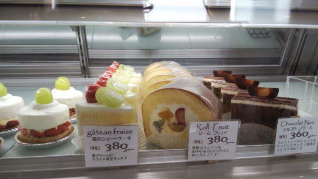 ショーケース内の右側3種類のケーキ