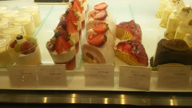 ショーケース内の苺系のケーキ4種類