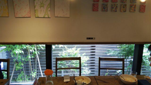テーブル席と壁の絵