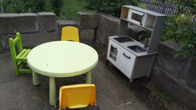 テラスの子供用テーブルとままごとキッチン