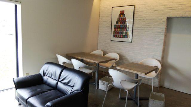 2階のテーブル席とソファ