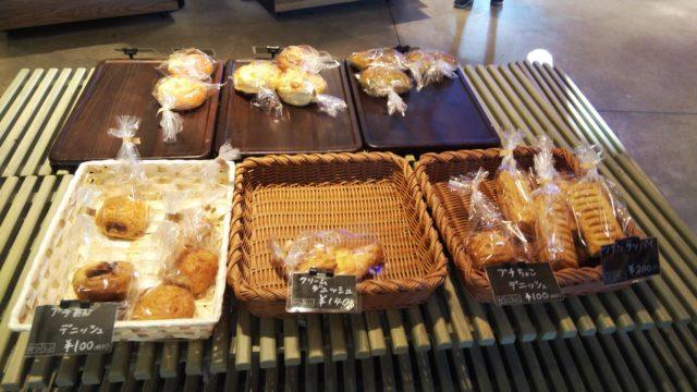 かごに入った数種類のパン