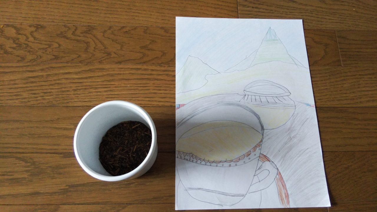 茶葉が入った缶とミルクティーの絵