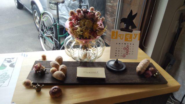 パンのオブジェとお花の飾りとカレンダー