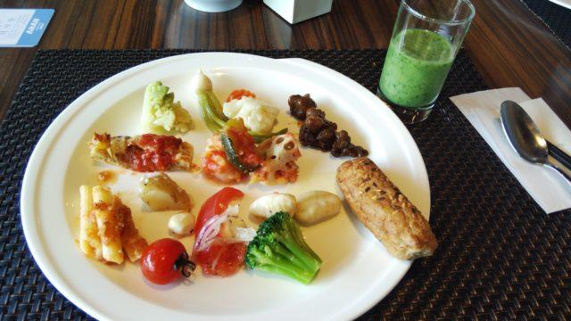 野菜いっぱいのお皿とスムージー