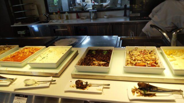 ビュッフェの大皿数種類がのったテーブル