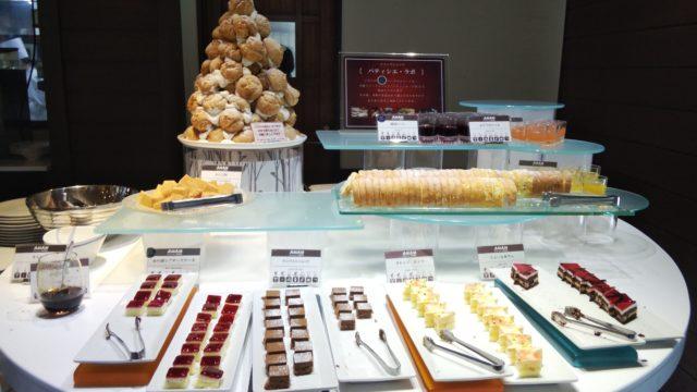 デザートコーナーに並ぶケーキ数種類の皿