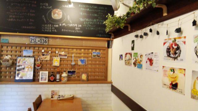 店内の壁の飾りや黒板