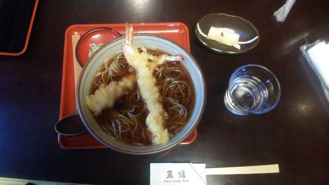 大きなエビ2本がのった天ぷらそば