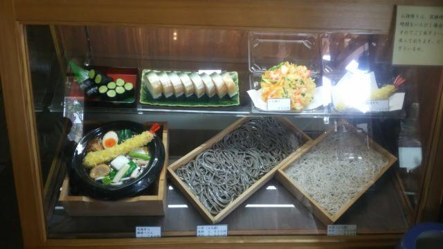 鯖寿司と天ぷら、うどん、そばのショーケース