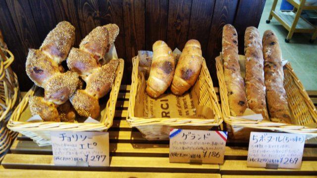 かごに入ったパン3種