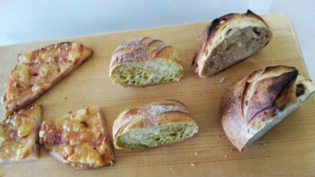 まな板の上で半分に切った3種類のパン