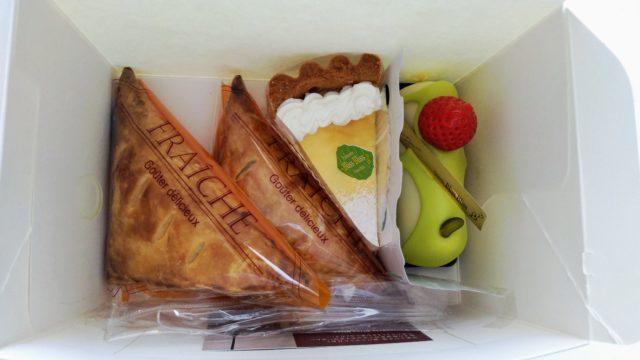 箱に入ったアップルパイとケーキ2つ