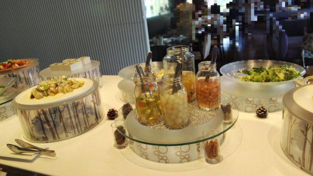 ピクルスの瓶4本と野菜数種