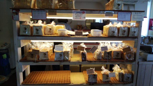 食パンが並ぶ棚