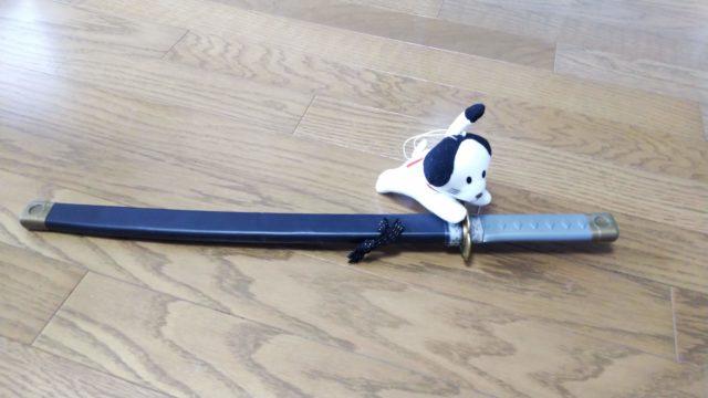 おもちゃの刀とにゃんまげの人形