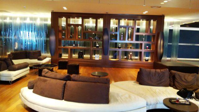 ロビーのソファとテーブルと飾り棚