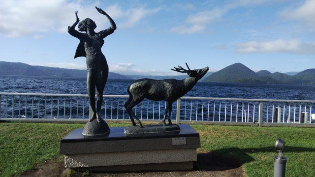 彫刻「湖渡る風」と洞爺湖