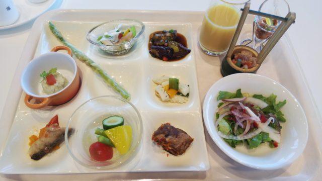 お皿の上の野菜料理とジュース