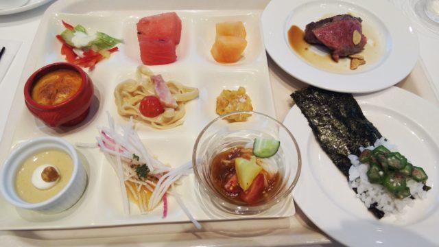 お皿に盛られた料理とステーキとオクラの手巻き寿司