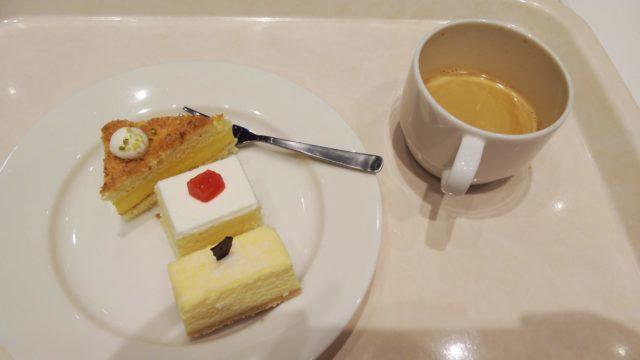 3種類のケーキとコーヒー