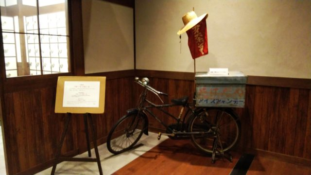 銭湯前のアイス屋の自転車
