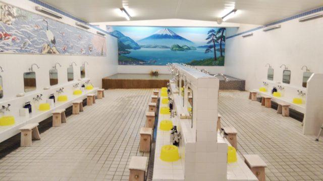 昭和の湯のシャワーと洗い桶と浴槽と羊蹄山の絵