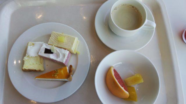 ケーキ4種とグレープフルーツとコーヒー