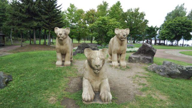 公園にある三頭のライオンの像