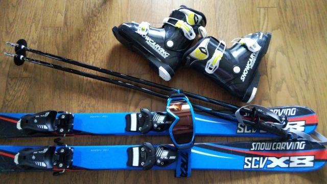 スキー板とストックとブーツとゴーグル