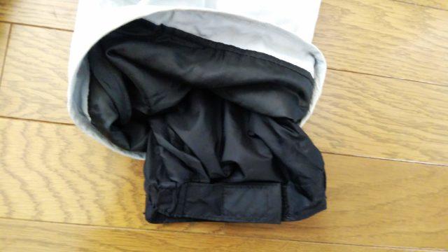 スキーウエアのパンツの裾
