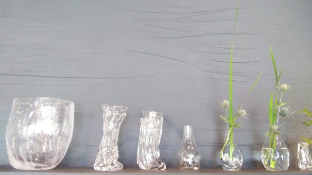 並んだ花瓶とグラス