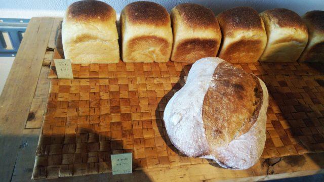 大きなパンと食パン