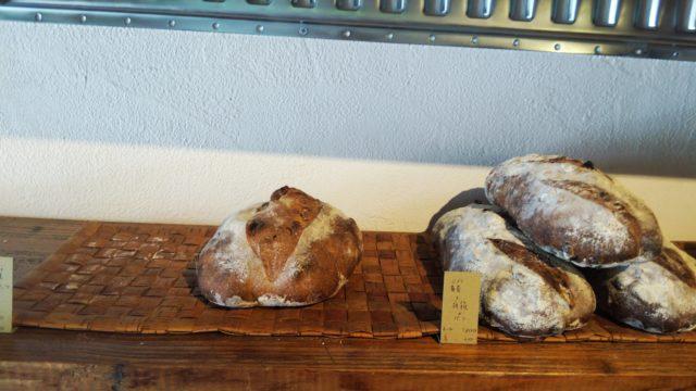 重なったパンと一つ置かれたパン