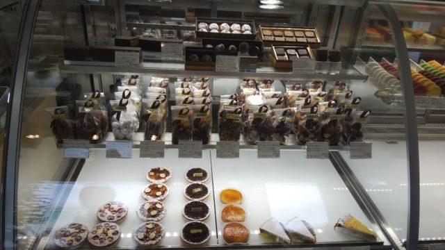 ショーケースの左側にあるケーキと焼き菓子