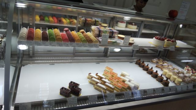 ショーケース内のマカロンとケーキ数種類