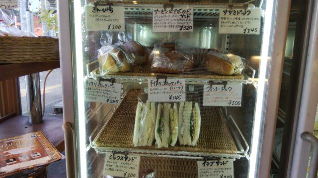 冷蔵庫の中のパン数種