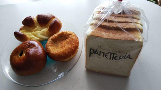 食パンの袋とクリームパンとあんぱんとカレーパンがのった皿