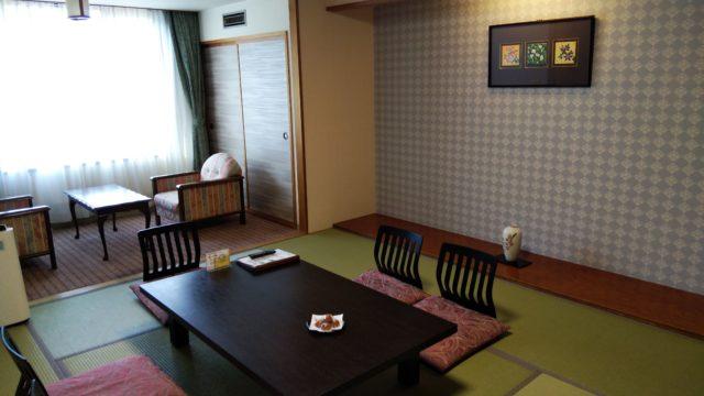 10畳和室の座卓と広縁