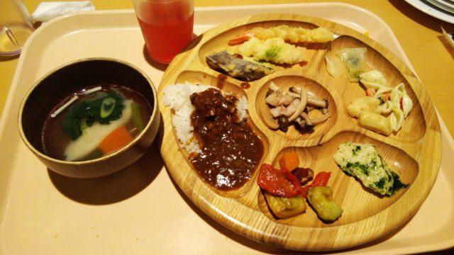 スープと天ぷらとカレーなどがのった木のお皿