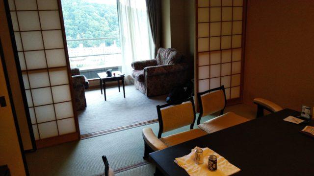 座卓と広縁のテーブルとソファ