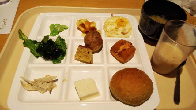 お味噌汁とヨーグルッペと角皿